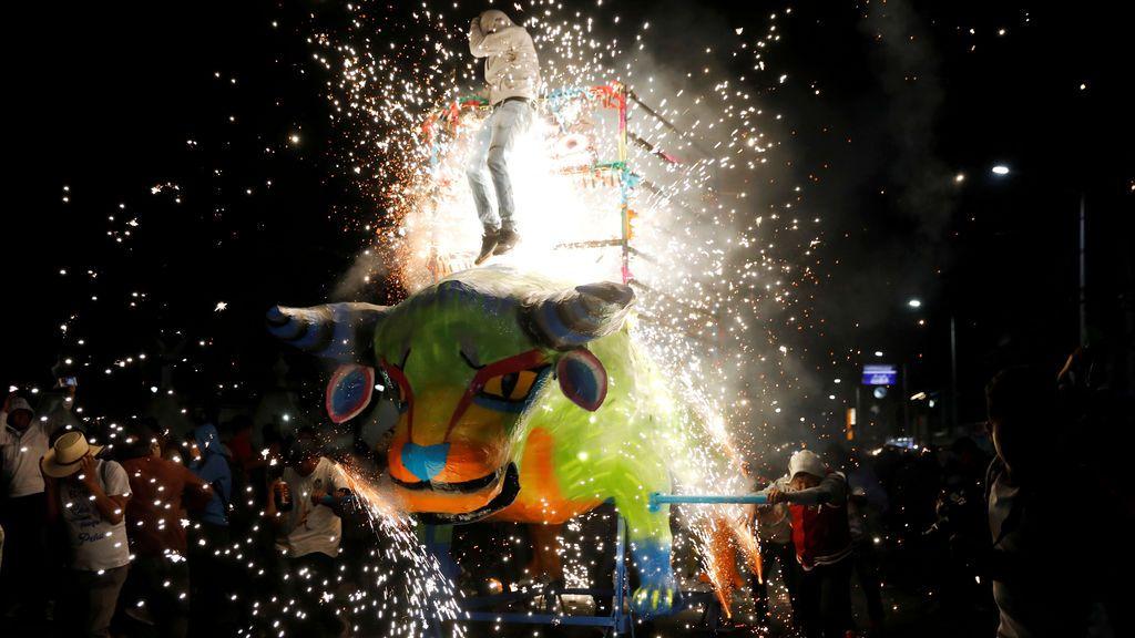 Fuegos artificiales de la figura tradicional 'El Torito'