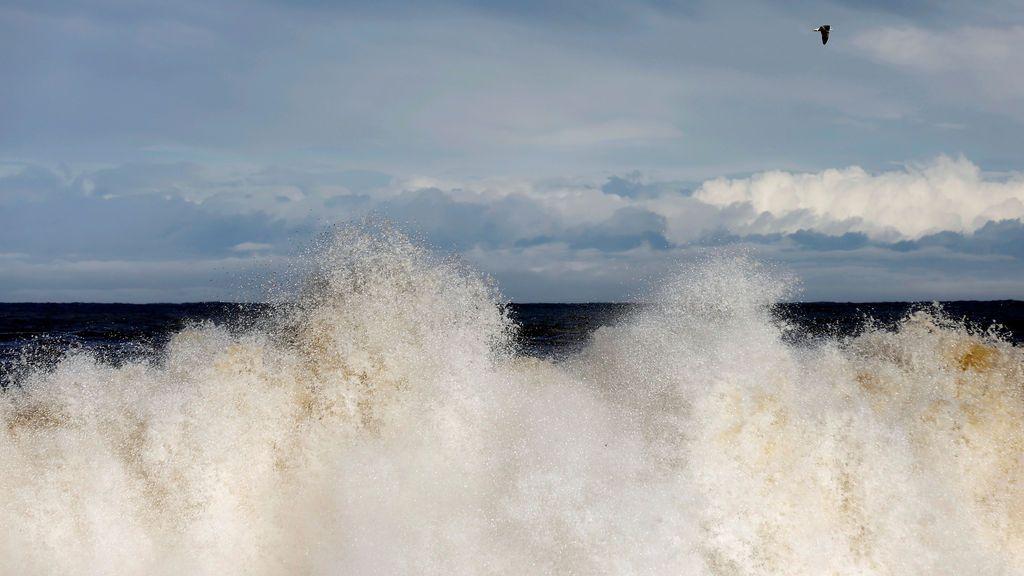 Una ola rompe en la orilla de una playa japonesa