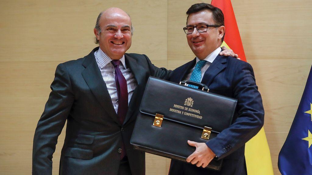 Luis de Guindos da el relevo al nuevo ministro de Economía, Román Escolano