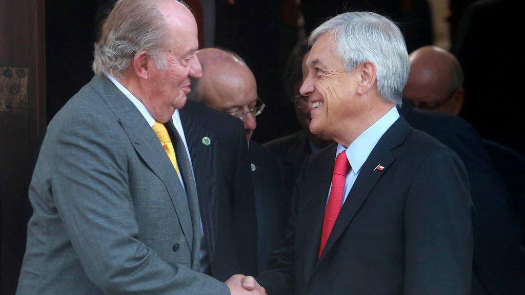 Sebastián Piñera saluda al rey Juan Carlos