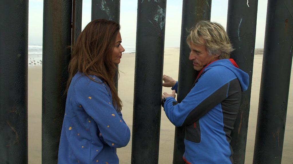 """Calleja le muestra a Lara la impactante frontera entre Tijuana y EE.UU: """"Hay familias que hablan a través de los barrotes"""""""