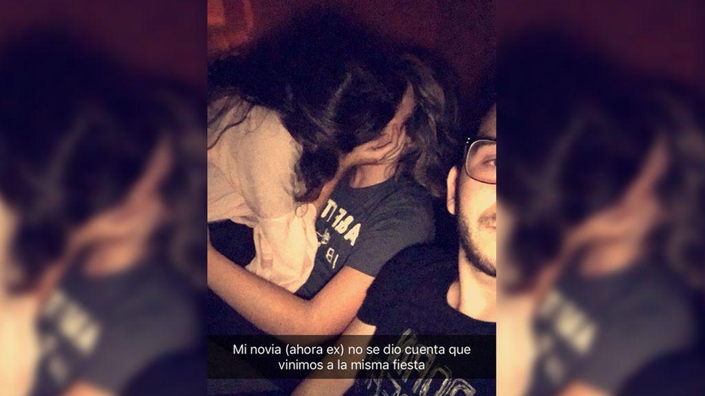 Pilla a su novia besando a otro mientras se hace un selfi