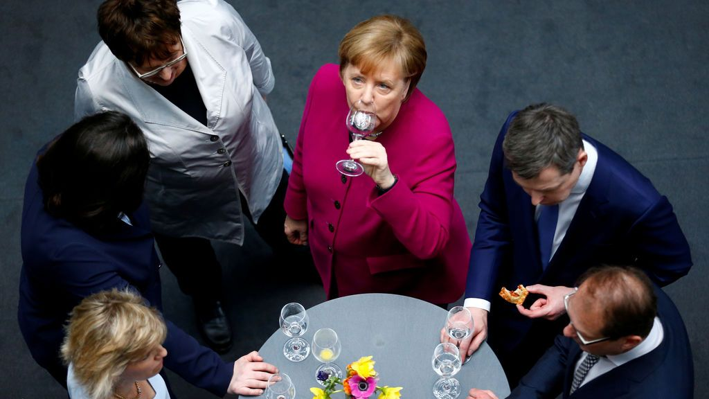 La canciller alemana y líder de la Unión Demócrata Cristiana (CDU) Angela Merkel brinda después de firmar el acuerdo de coalición durante una ceremonia en Berlín, Alemania