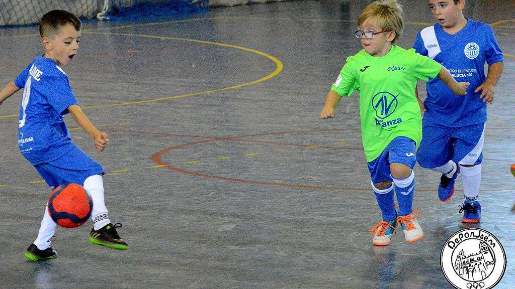 Dos niños de siete años se ofrecen a jugar con el equipo contrario para que el partido se pueda disputar