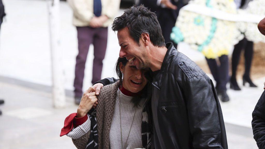 Los padres de Gabriel llegan abrazados al funeral