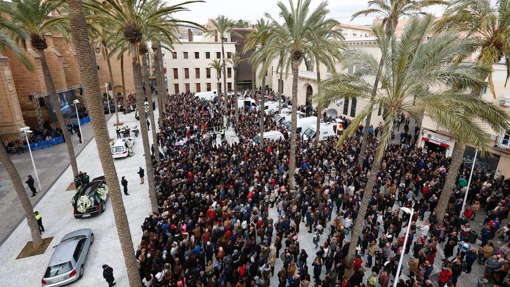 Cientos de personas en los alrededores de la Catedral de Almería