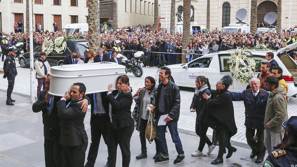 Los padres del pequeño Gabriel llegan al funeral de su hijo detrás del féretro