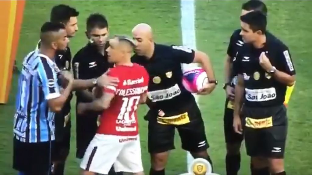 Lío en el derbi de Porto Alegre: los capitanes se encaran en el sorteo y los árbitros les tienen que separar