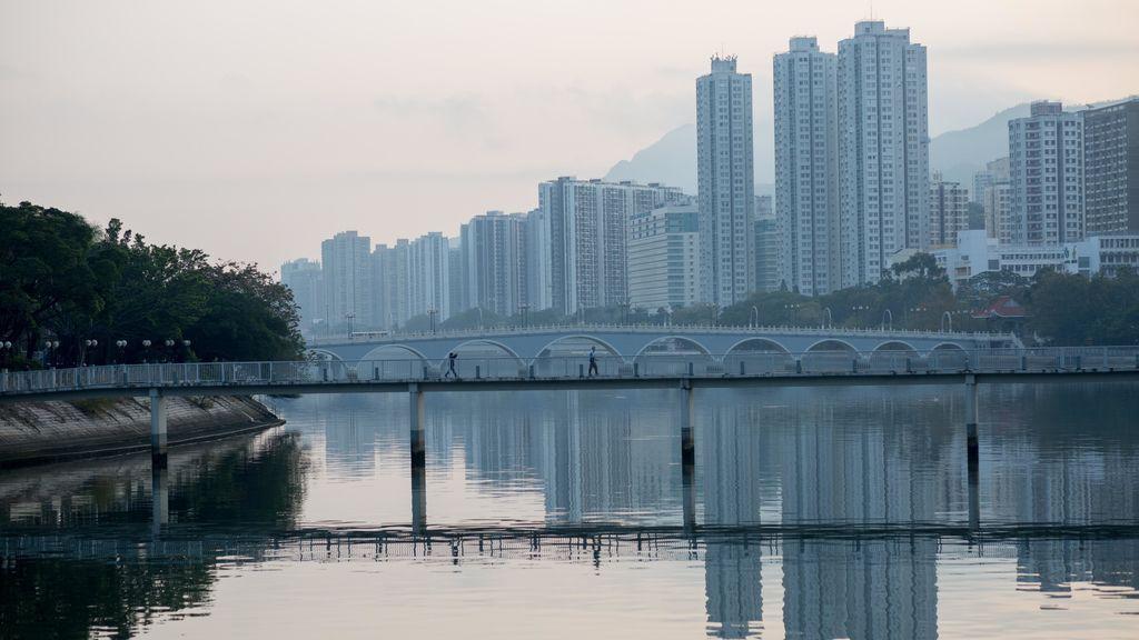 La ciudad de Shatin se refleja sobre el río Shing Mun