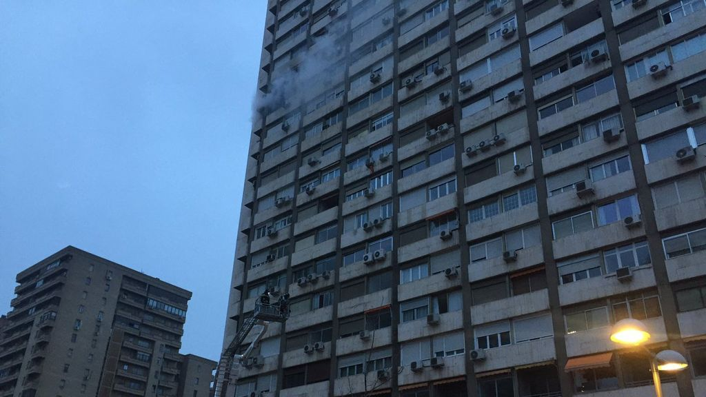 Aparatoso incendio y desalojo de más de 150 viviendas en Madrid