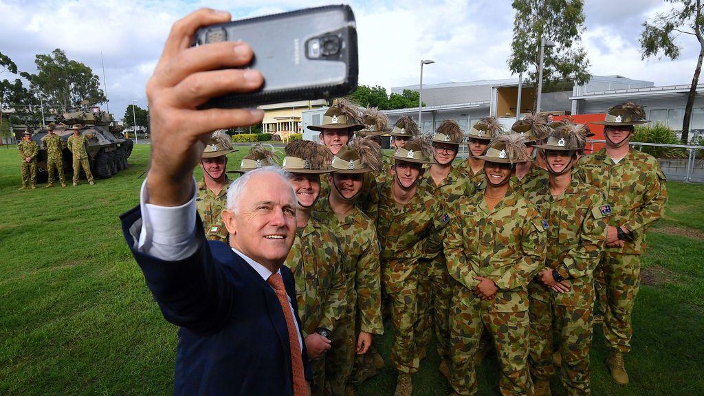 Malcolm Turnbull se hace un selfi con un grupo de soldados