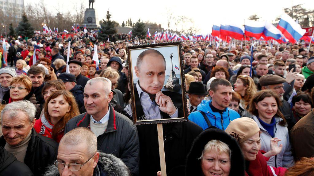 La gente asiste a un mitin que conmemora el cuarto aniversario de la anexión de Crimea por parte de Rusia en el puerto de Sebastopol, Crimea