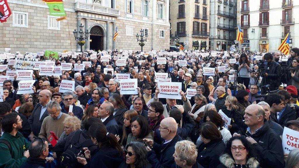 Unas 500 personas protestan en Barcelona contra los registros a Òmnium y la Generalitat