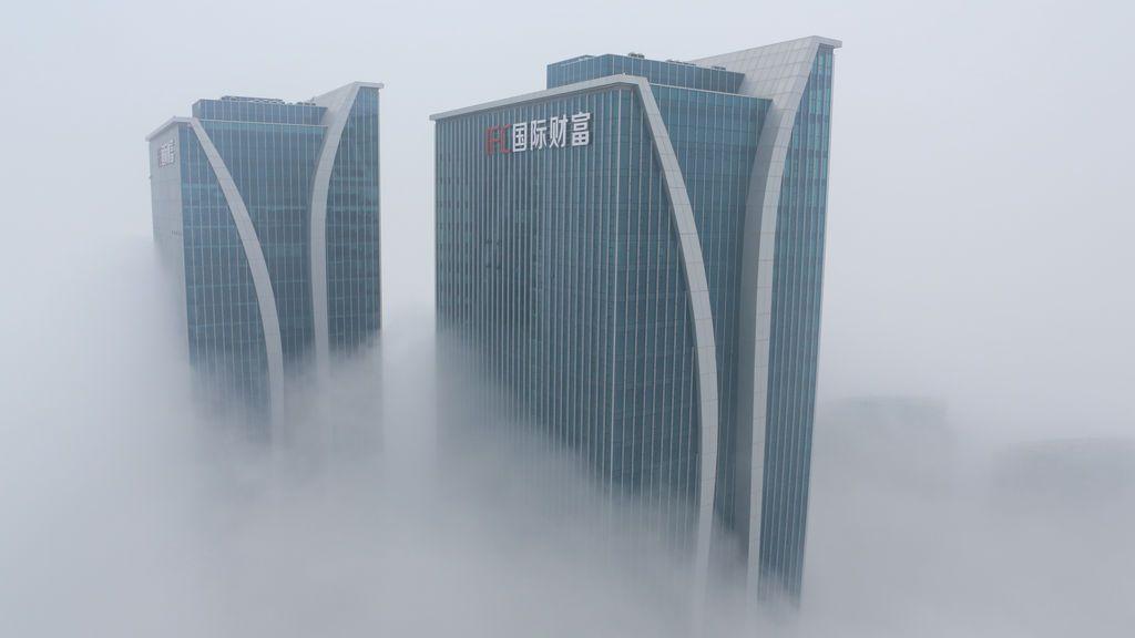 Dos rascacielos envueltos en la niebla