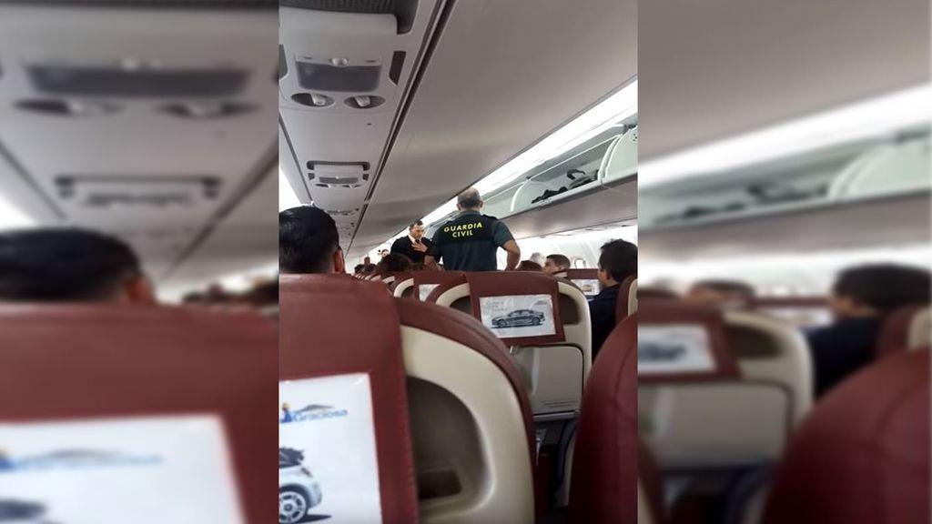 """Expulsado de un avión por insultar a la azafata: """"¡Fuera de aquí! No quiero negras a mi lado"""""""