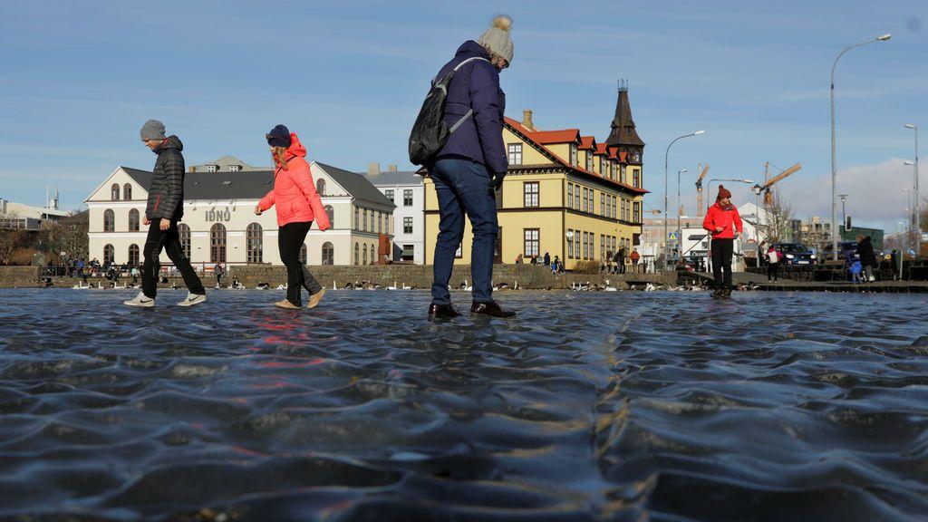 La gente camina por el agua congelada