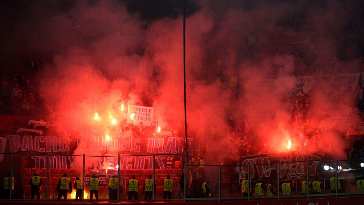 Los ultras del Olympique de Marsella lanzan bengalas contra la afición del Athletic dentro de San Mamés