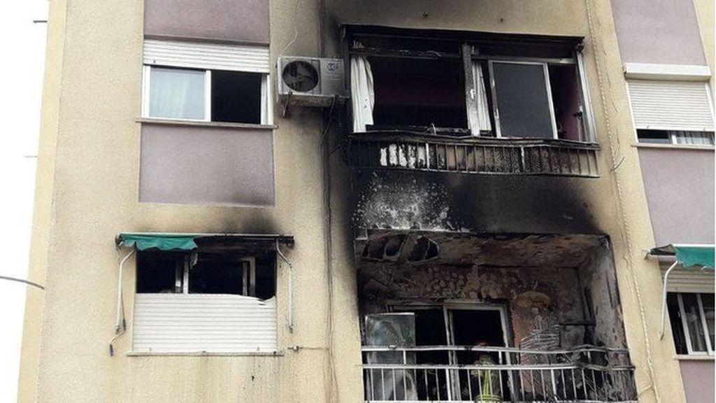 Arden dos pisos en Valencia por el lanzamiento imprudente de un petardo