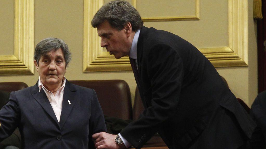 Blanca Estrella con el padre de Diana Quer, en el Congreso