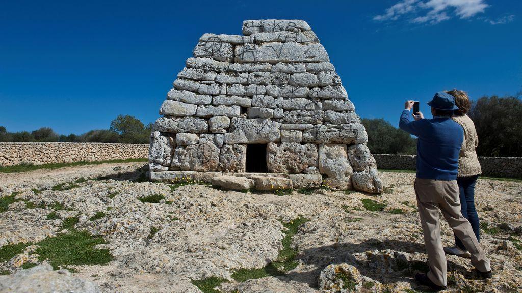 Aparece lleno pintadas el monumento prehistórico más importante de Menorca
