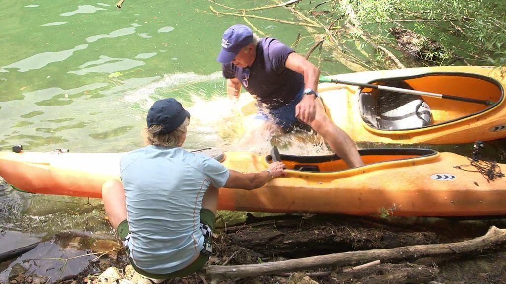 ¡Al agua, patos! Bertín resbala al salir de la piragua y se da un inesperado remojón