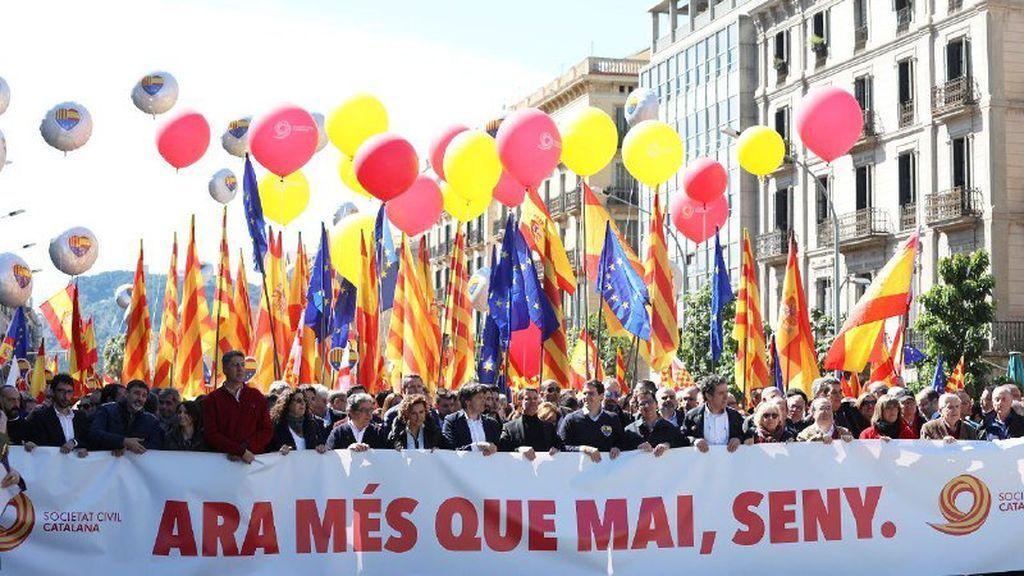 Miles de ciudadanos se manifiestan en Barcelona bajo lema 'Ahora más que nunca, seny'