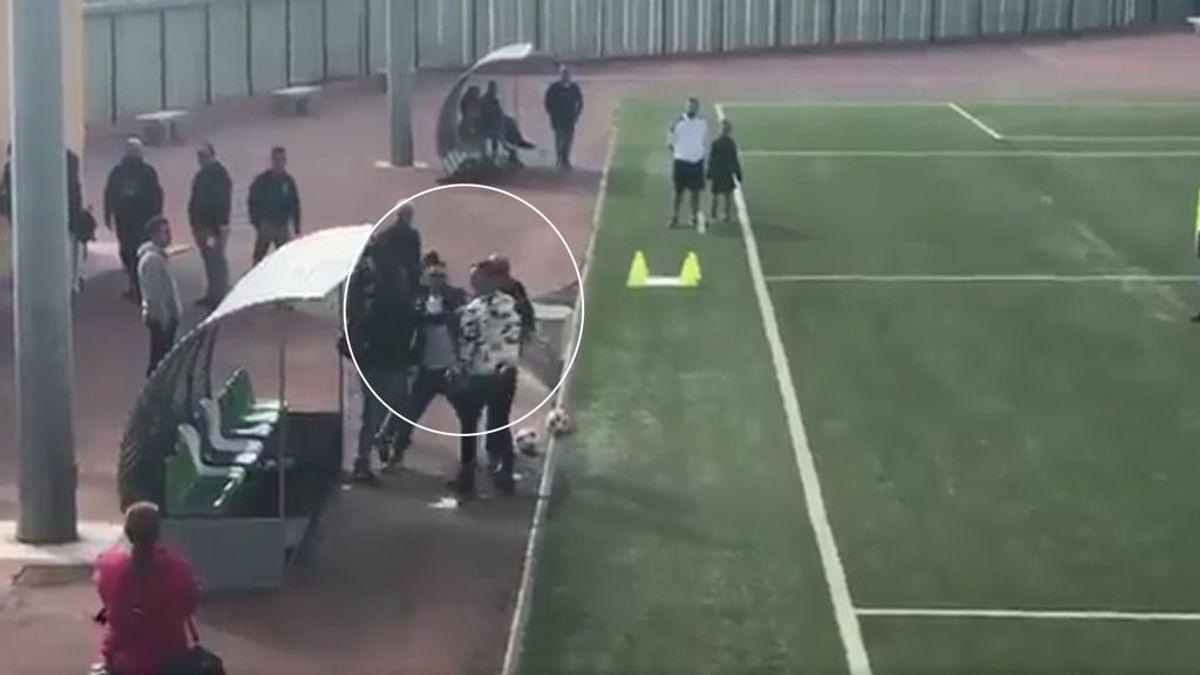 Un padre agrede al entrenador de su hijo de siete años por sacarle a jugar a falta de diez minutos
