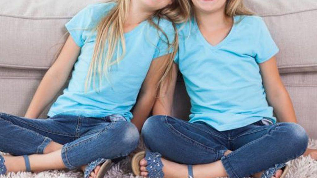 Vestir igual a dos hermanos gemelos puede tener efectos psicológicos negativos