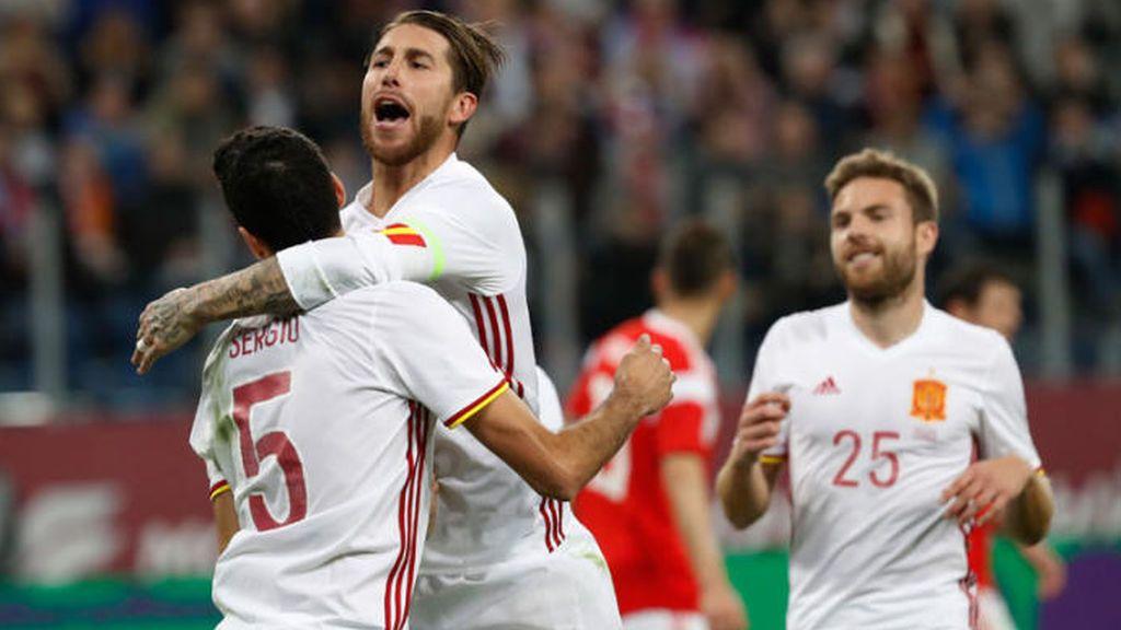 Sergio Ramos celebra con Sergio Busquets uno de los dos tantos que anotó el pasado noviembre en el amistoso frente a Rusia.