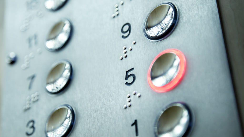 Le pillan escondido en el hueco del ascensor preparado para robar en un comercio