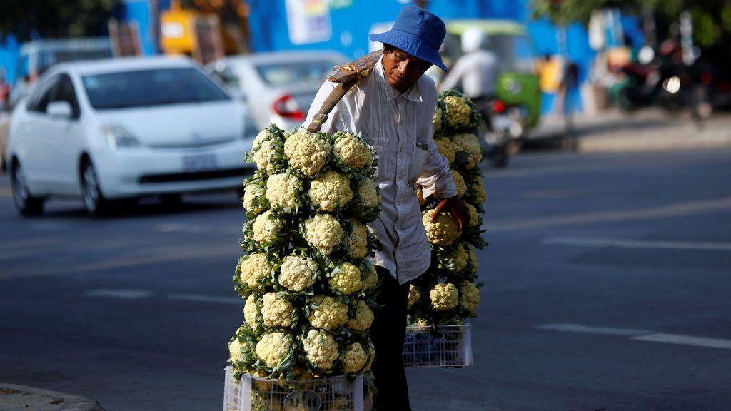 Un hombre vende verdura en la calle