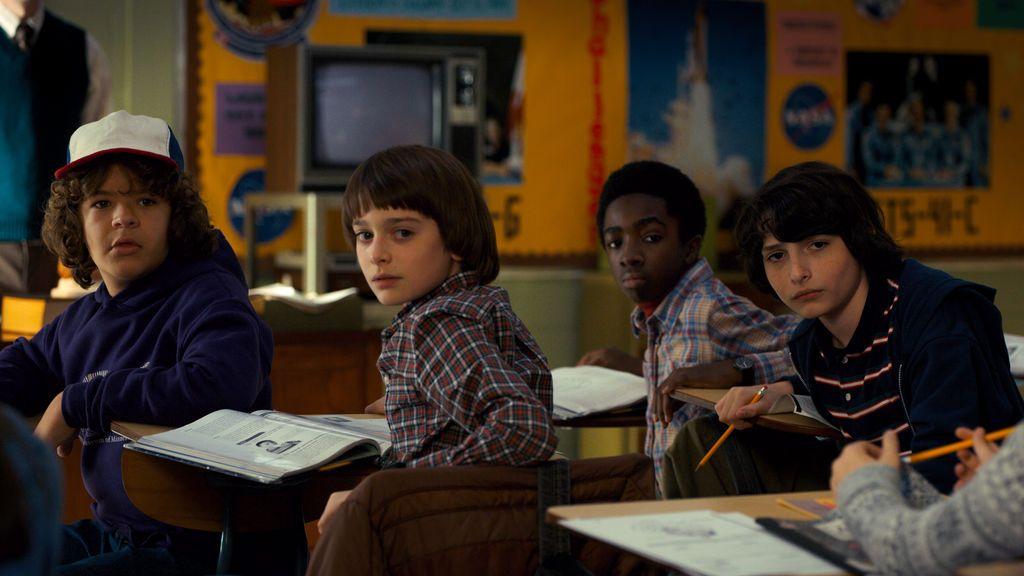 Gaten Matarazzo (Dustin Henderson), Noah Schnapp (Will Byers), Caleb McLaughlin (Lucas Sinclair) y Finn Wolfhard (Mike Wheeler), en la segunda temporada de 'Stranger things'.