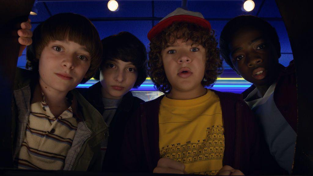Noah Schnapp (Will Byers), Finn Wolfhard (Mike Wheeler), Gaten Matarazzo (Dustin Henderson) y Caleb McLaughlin (Lucas Sinclair), en la segunda temporada de 'Stranger things'.