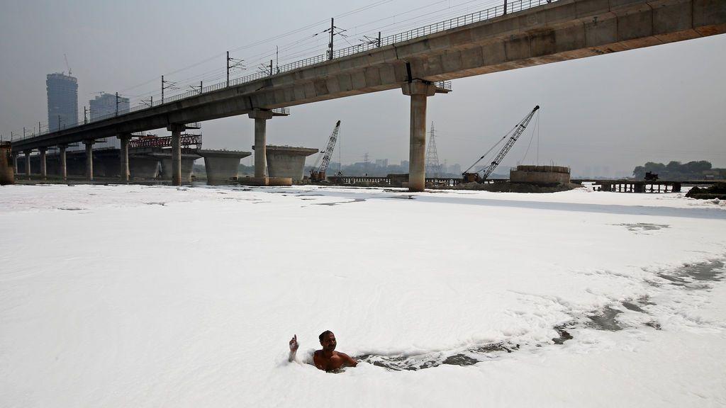 Un hombre nada en un río de India