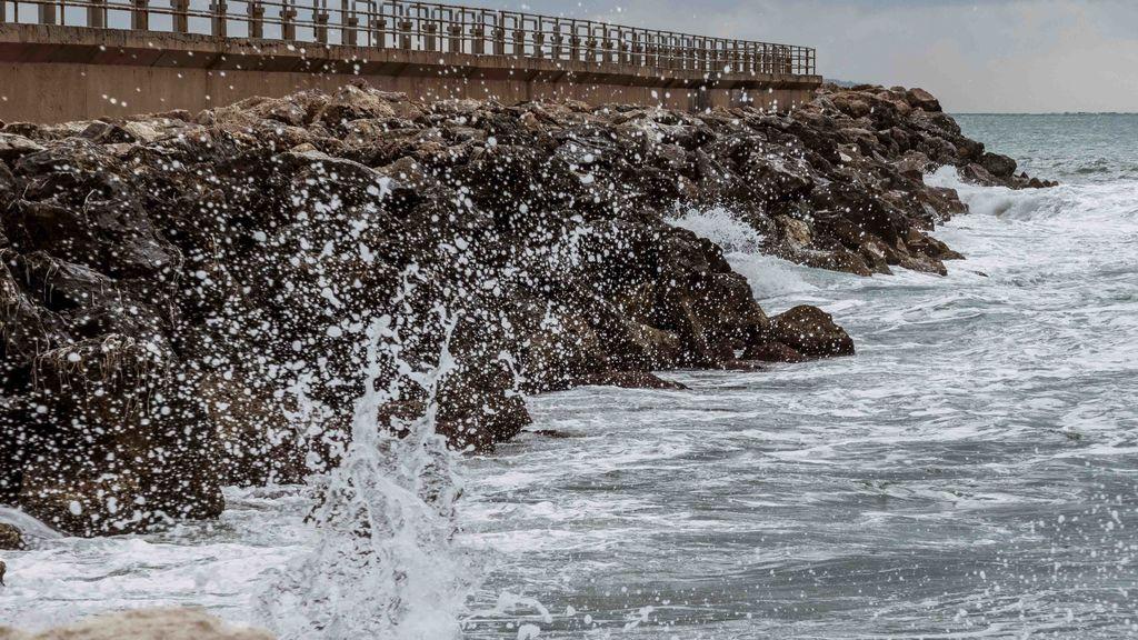 El frío y el fuerte viento y oleaje ponen en aviso a una veintena de provincias