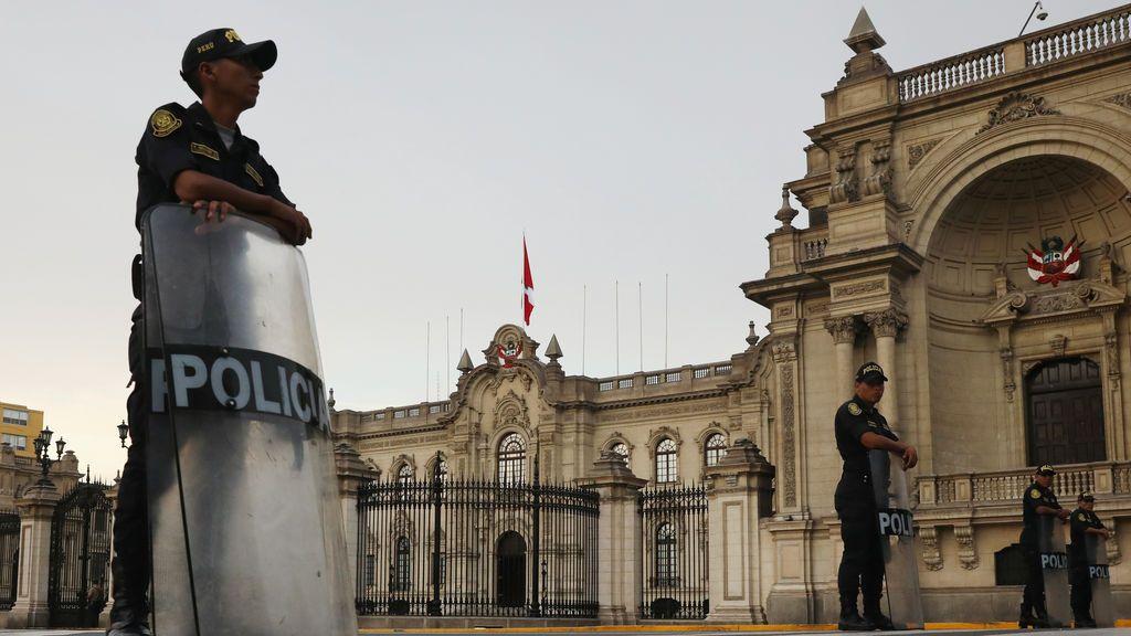 La policía peruana frente al Palacio de Gobierno
