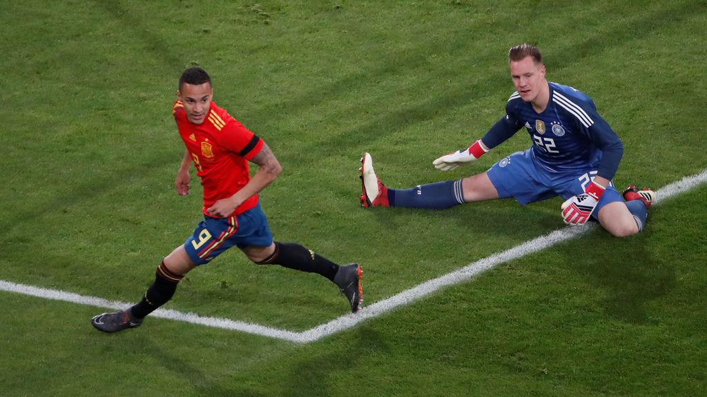 ¡Goool de Rodrigo! El jugador del Valencia hace el primero para España tras un gran pase de Iniesta