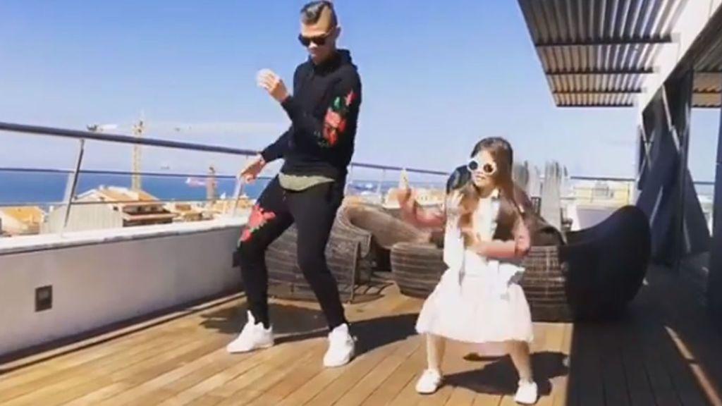 El baile viral de 'reggaeton' con el que Pepe y su hija retan a James Rodríguez