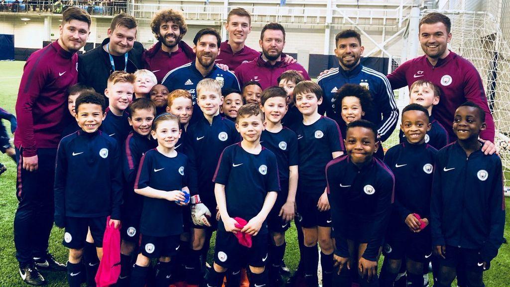 La sorpresa de Leo Messi con los niños más pequeños del Manchester City