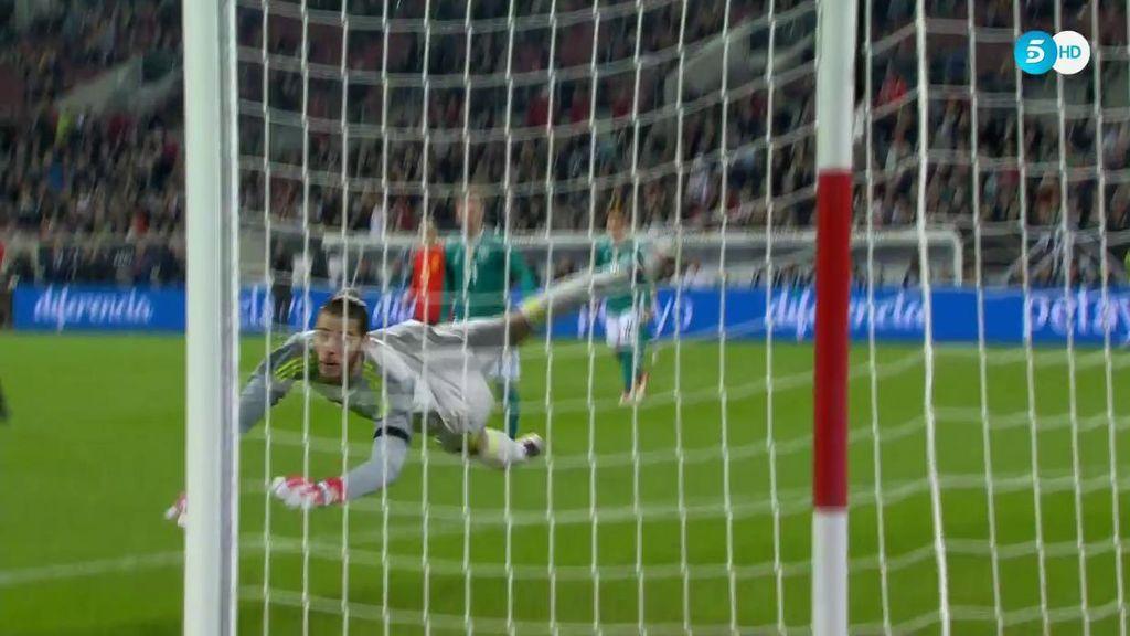 Espectacular mano de De Gea para detener el disparo de Draxler directo a la escuadra del portero español