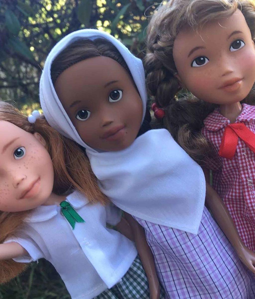 Rescata muñecas abandonadas, les da un toque más realista y las vende