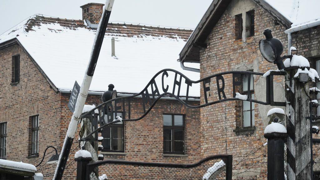 Multado por orinar en un monumento en Auschwitz en memoria a las víctimas