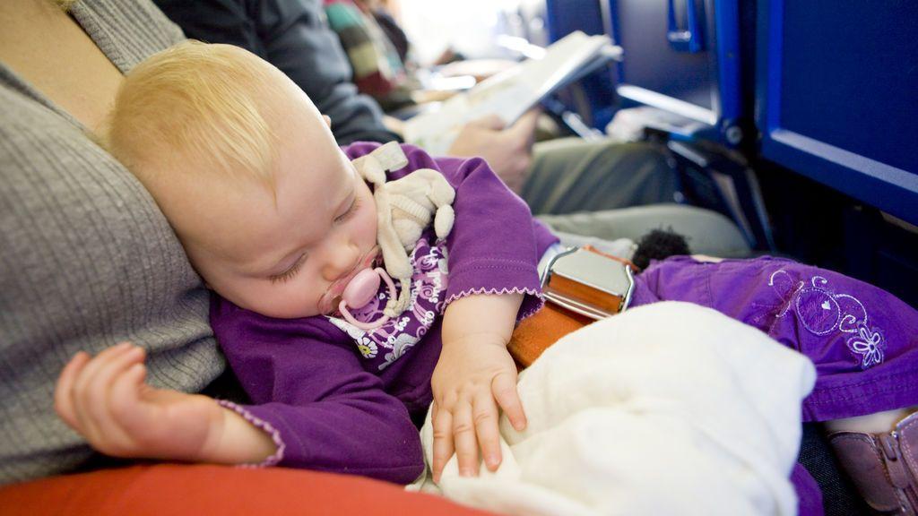 El inolvidable gesto de unos padres con los pasajeros de un avión