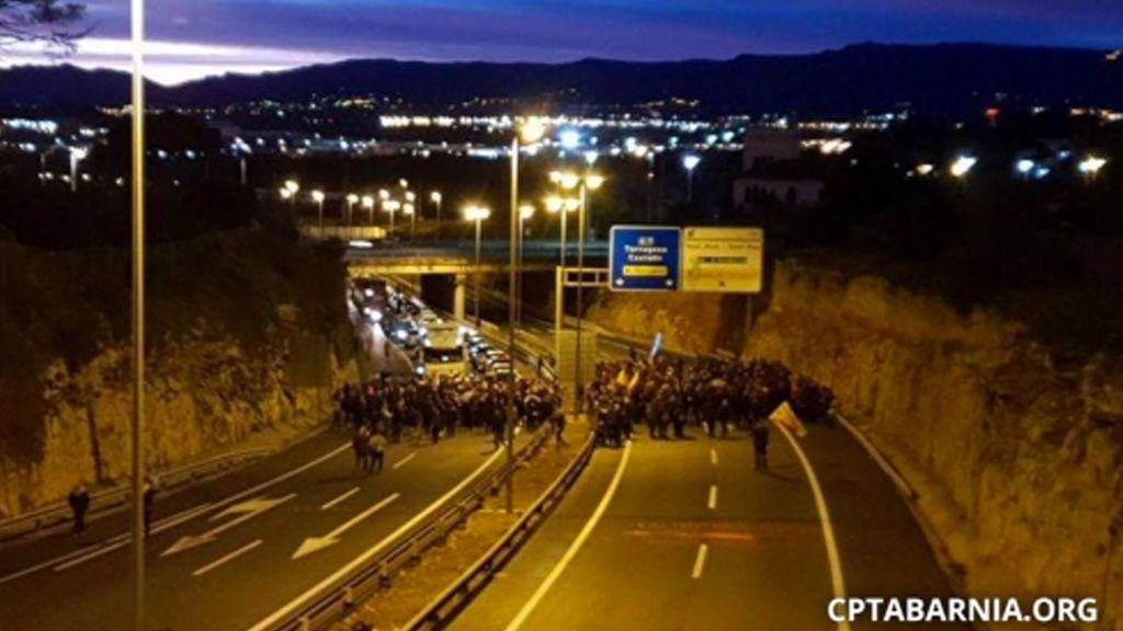 Una manifestación corta la AP-7 en Tarragona en protesta por el encarcelamiento de soberanistas