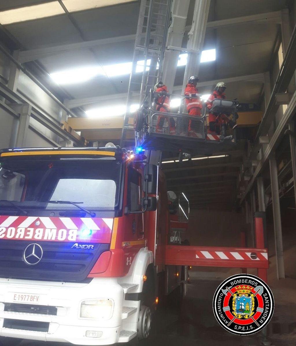 Muere una mujer por la caída de un falso techo en la Cuesta del Hospital (Santander)