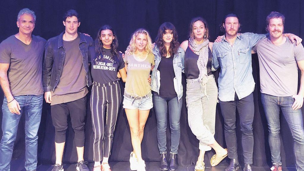 Elsa Pataky, la cuarta por la izquierda, junto al resto del reparto de 'Tidelands'.