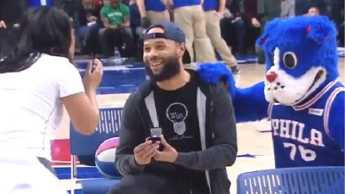 Un aficionado de los 'Sixers' de la NBA le pide matrimonio a su novia aprovechando un concurso de tiros