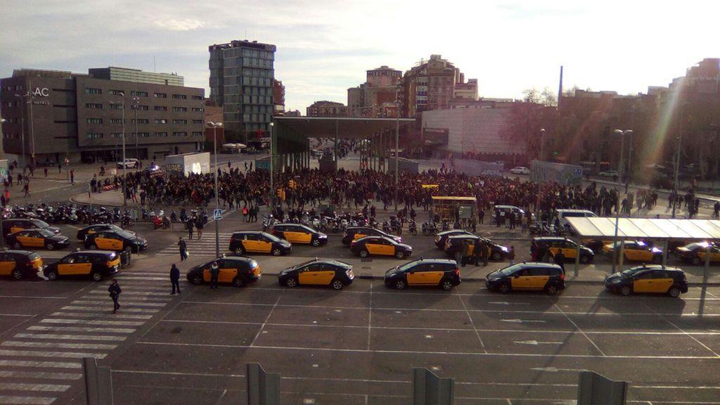 Miles de manifestantes se congregan en Sants para rodear la estación