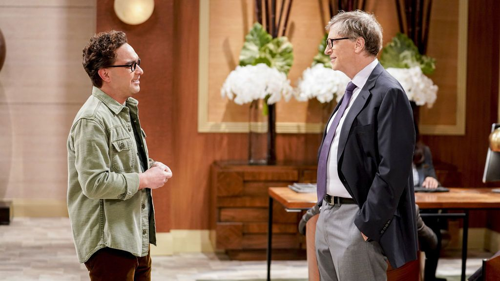 Leonard Hofstadter, interpretado por Johnny Galecki, junto a Bill Gates en la serie 'The big bang theory'.