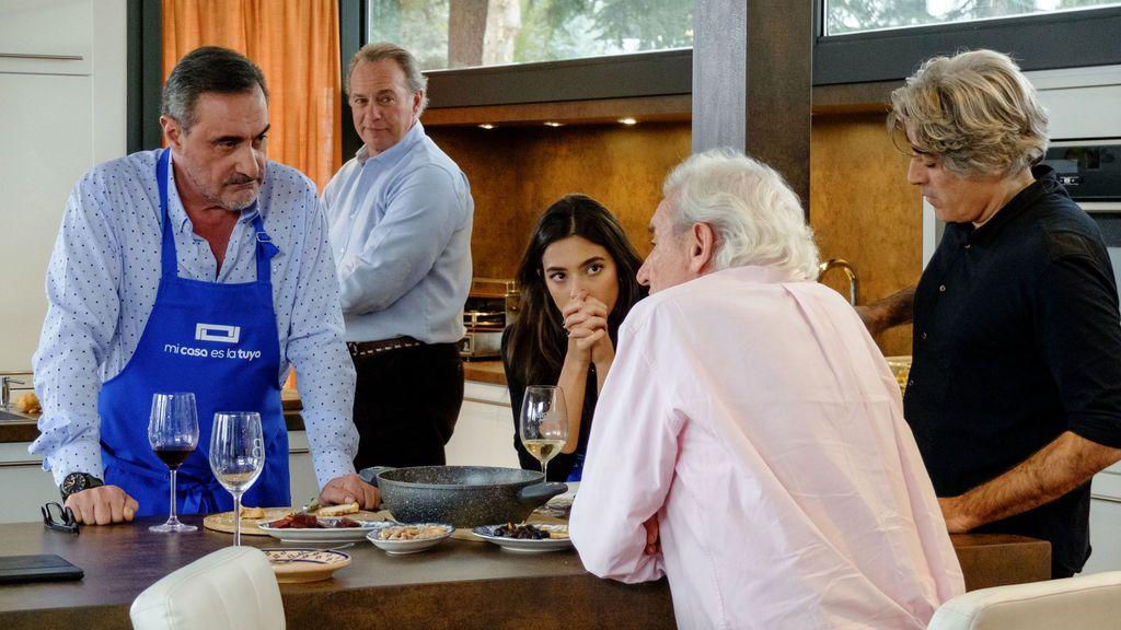 Carlos Herrera, Bertín Osborne y Rocío Crusset escuchan a Luis del Olmo en presencia del hijo de éste, Kike, en 'Mi casa es la tuya'.